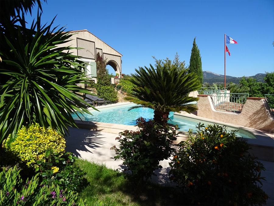 La piscine grande maison louer en provence dans le for Piscine mobile louer