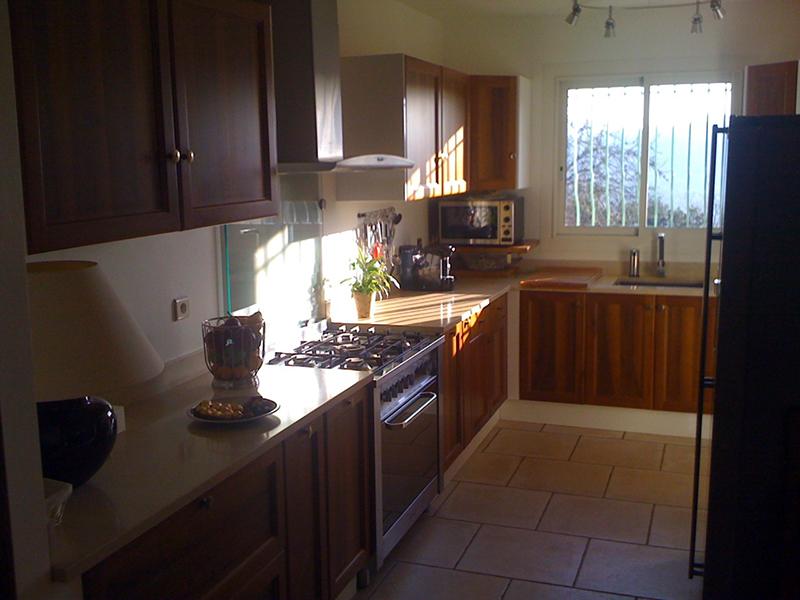 Une cuisine am ricaine tr s bien quip e belle maison de charme la locat - Tres belle cuisine equipee ...